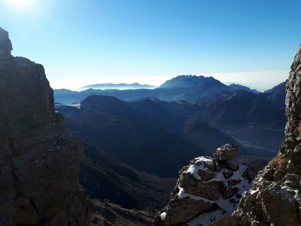 scorci di paesaggio tra le rocce della Cresta Ongania