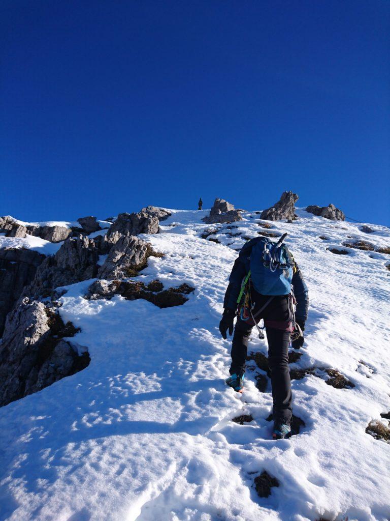ultimi metri su pendenza (modesta) per raggiungere la madonnina che già si intravede, stagliata contro il cielo blu