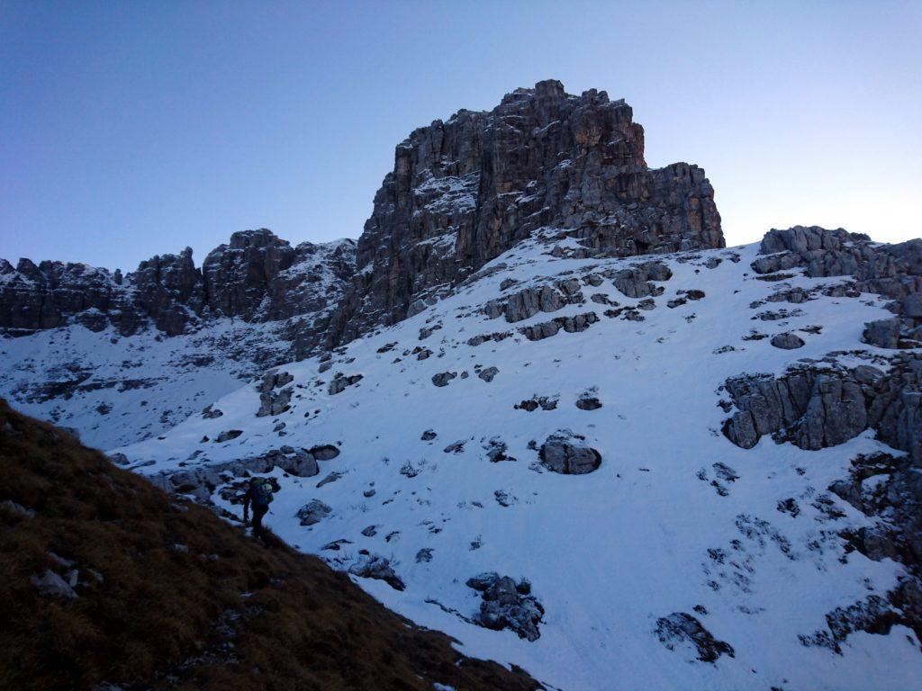 l'attacco della cresta si trova sul pendio nevoso visibile a destra, sotto le rocce verticali