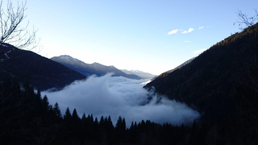 mattino presto: la Val Rendena è ancora sotto un fitto strato di nubi che sembra il mare, con tanto di onde