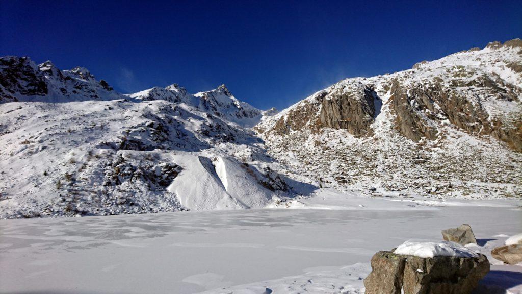 il lago superiore di Cornisello, totalmente ghiacciato