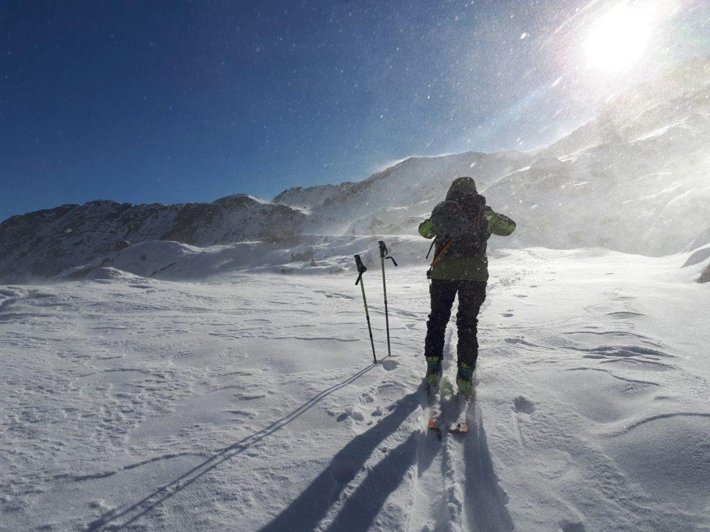 appena passato il bivio per il Lago della Vedretta il vento soffia feroce, incanalandosi nella valle