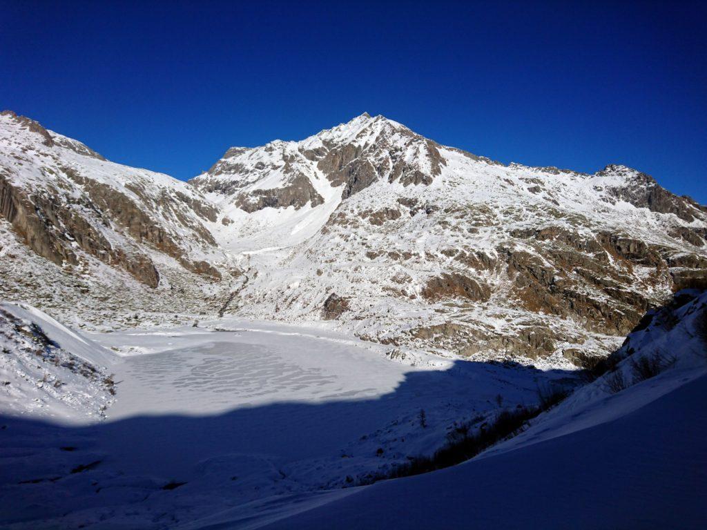 saliamo lungo il sentiero, il lago di Cornisello visto dall'alto, sullo sfondo il passo di Scarpacò