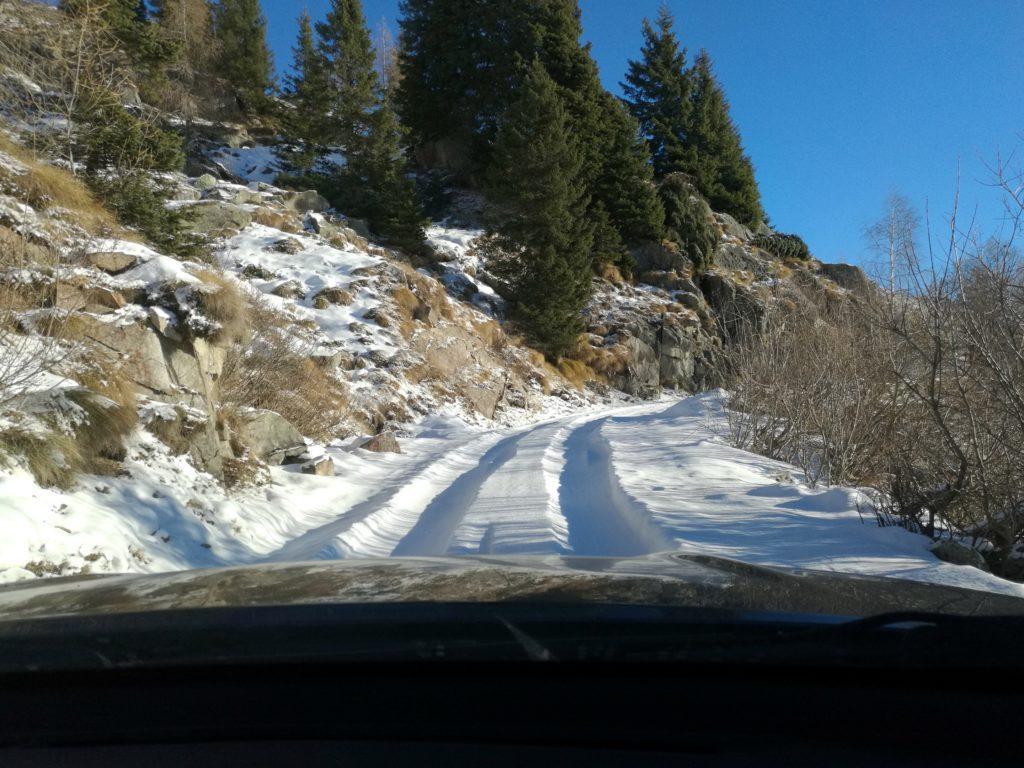 la strada che risale la Val Nambrone: c'è neve ma anche tracce di precedenti passaggi