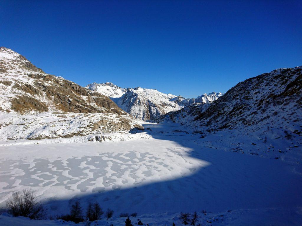 guardando verso la Val Nambrone, sullo sfondo il Rifugio Cornisello