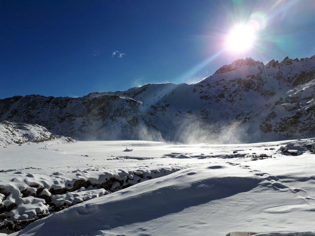 il vento mano a mano che si va avanti nella giornata diventa sempre più insistente: qui soffia sul lago ghiacciato, alzando palate di neve