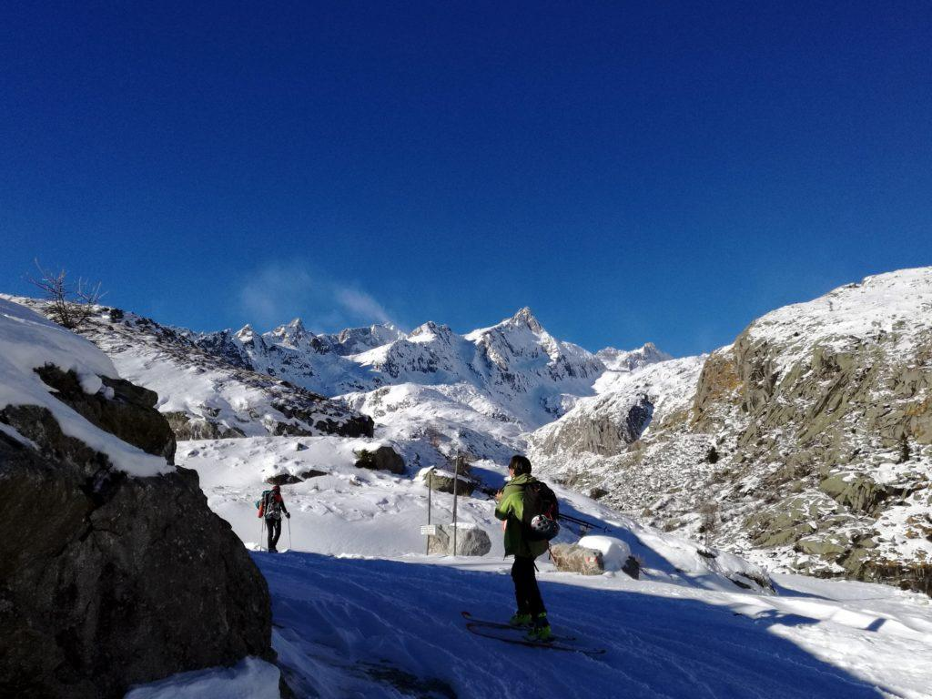 c'è un bel vento: basta vedere i pennacchi di neve che si alzano dalle cime