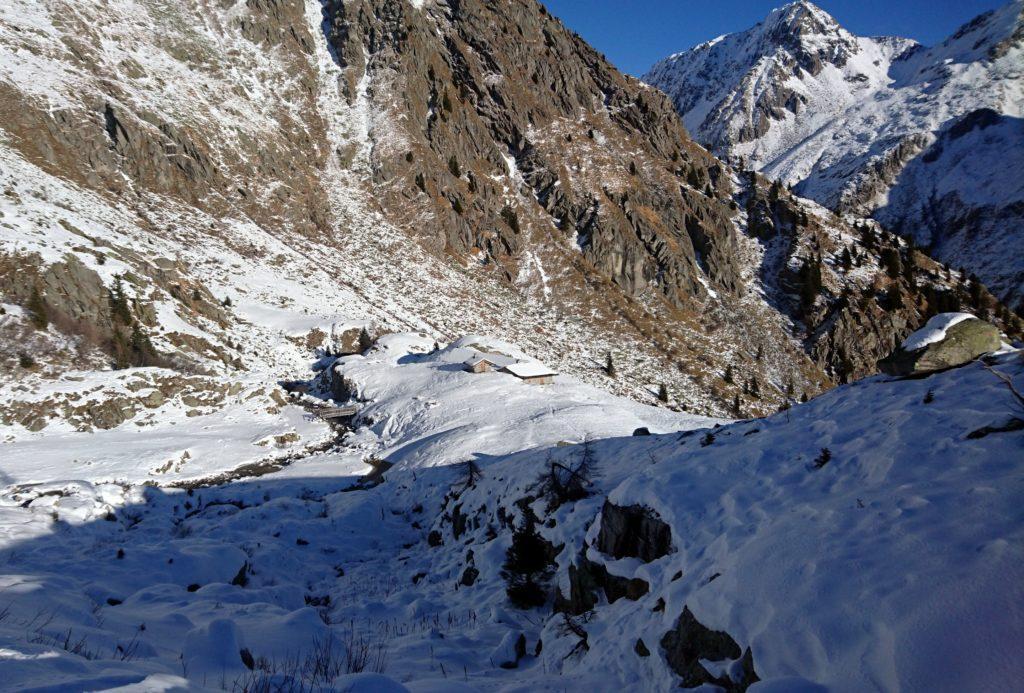 le baite basse di Cornisello, semi sommerse dalla neve