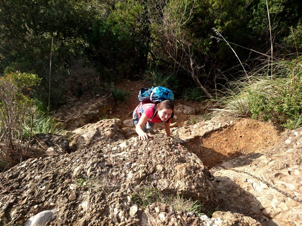 qualche semplicissima roccetta (onnipresenti le catene, il sentiero può essere percorso anche da bambini, con la supervisione degli adulti)