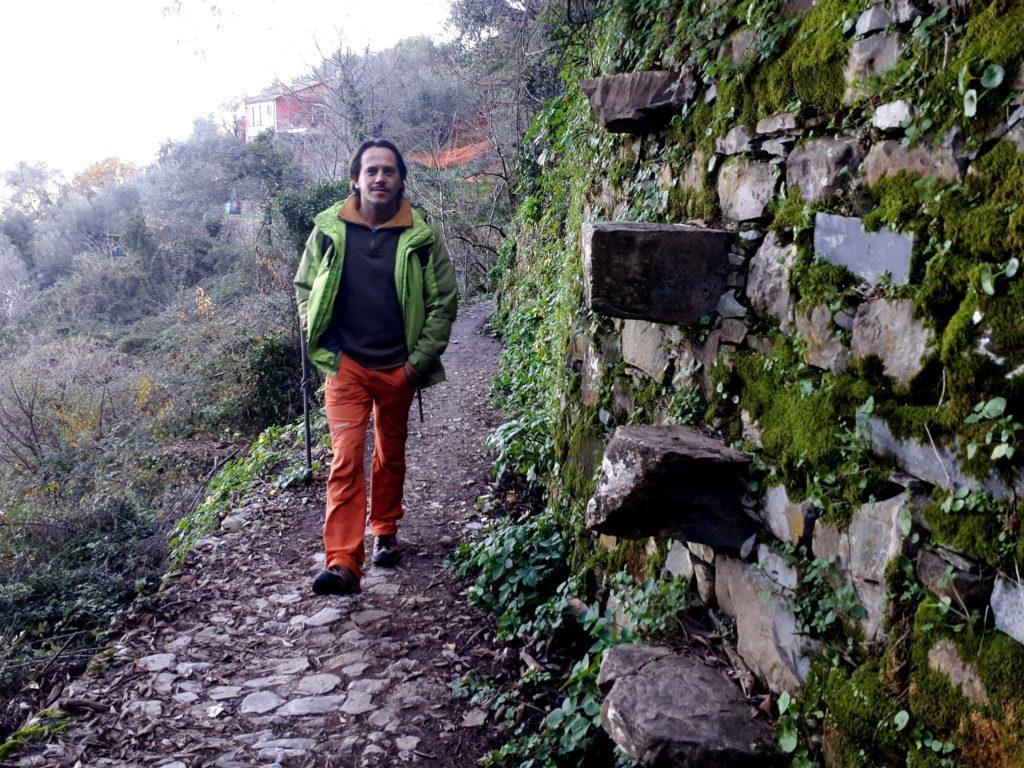 lungo la mulattiera tipiche scalette liguri costruite con pietre sporgenti sui terrazzamenti