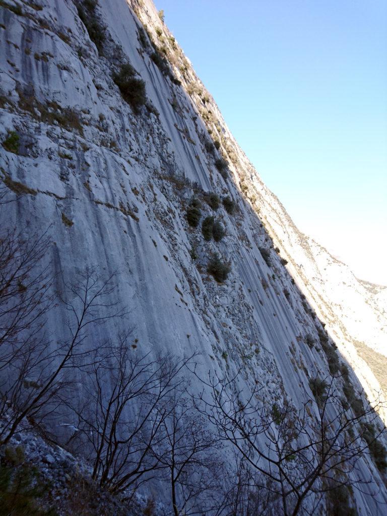 Le belle placche della parete viste dal sentiero di discesa che iniziano ad andare in ombra verso le 13:30
