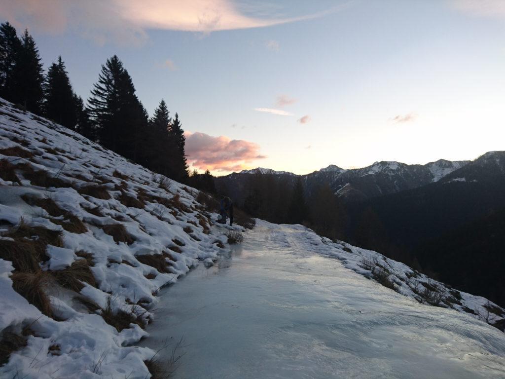 Già lungo l'avvicinamento la strada è spesso ricoperta dal ghiaccio. Indossiamo i ramponi per sicurezza