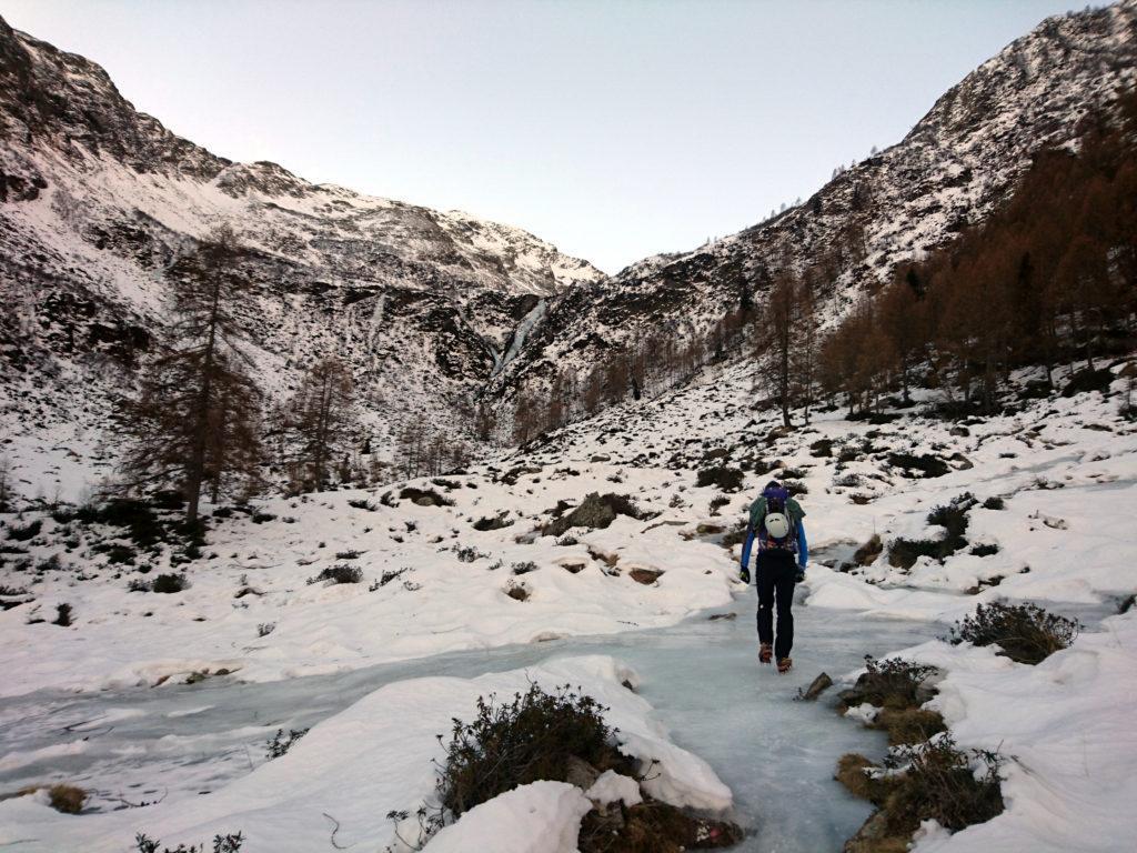 Il Niggah sul sentiero ghiacciato e la nostra cascata sullo sfondo
