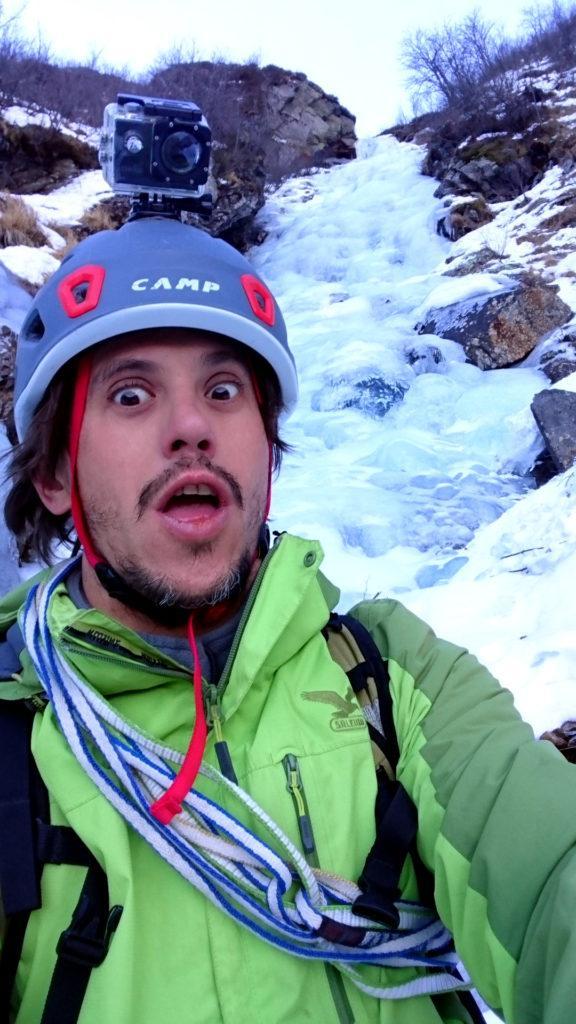 Selfie pagliaccio all'attacco della cascata