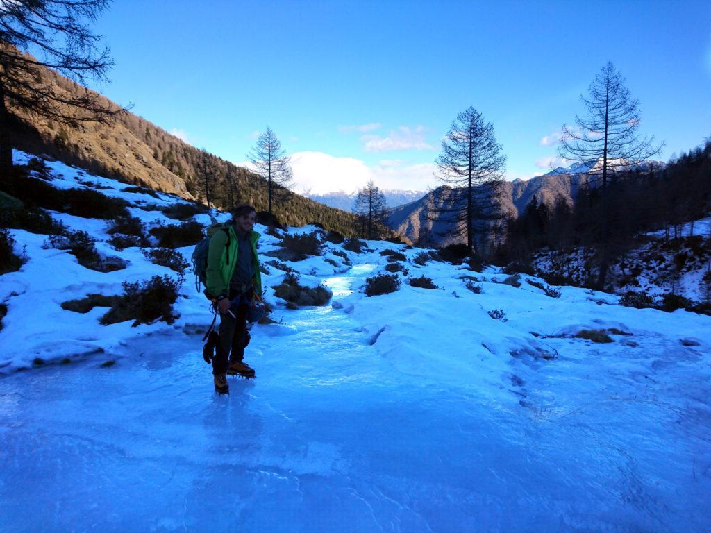 Gab lungo il sentiero di discesa ghiacciato