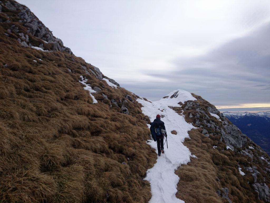 Per andare in vetta decidiamo di traversare per erba e neve fino alla cresta sud