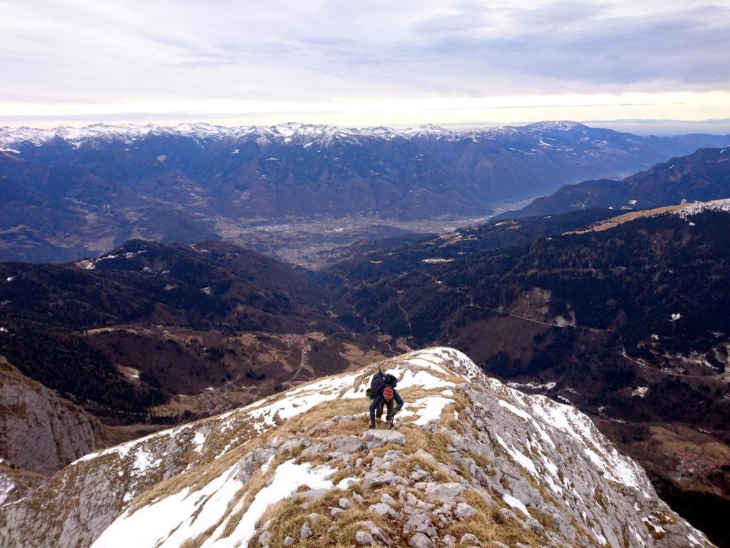 Erica risale la cresta sud con la val Camonica sullo sfondo