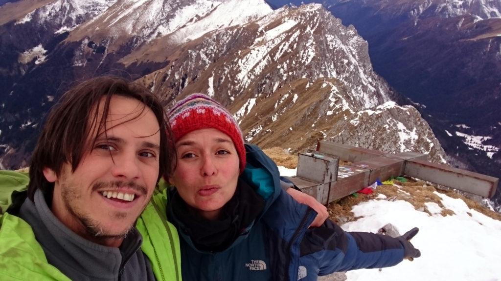 Selfie con la croce divelta dal vento
