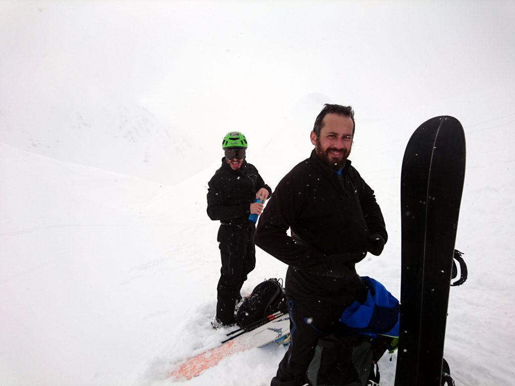 Alla fine ci fermiamo al colletto 30mt sotto la cima che è un po' riparato e ci prepariamo per la discesona
