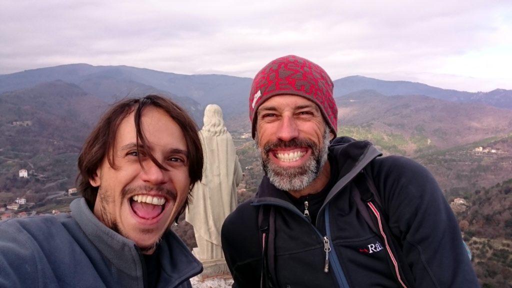 Prima di scendere, selfie di vetta con la statua del Cristo