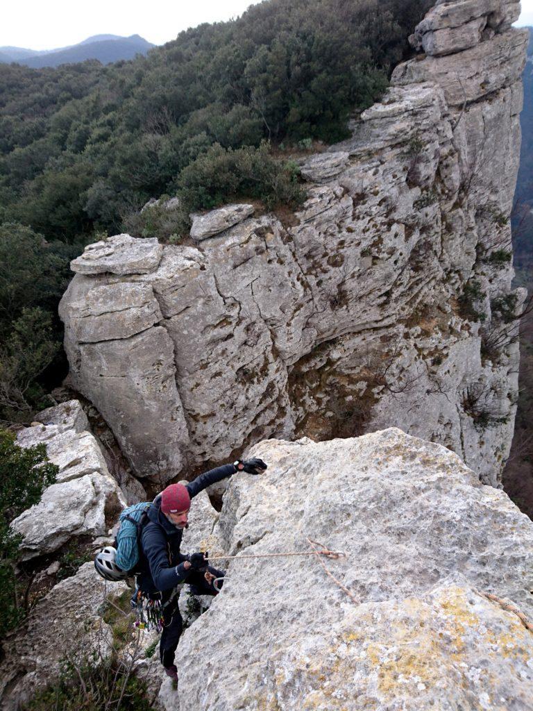 Per raggiungere la statua sono state allestite due corde fisse che aiutano a non finire di sotto