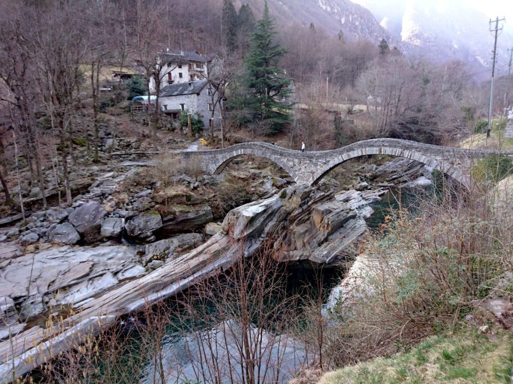 """il """"ponte dei salti"""", a Lavertezzo, di origine romanica e ricostruito nel 1960"""