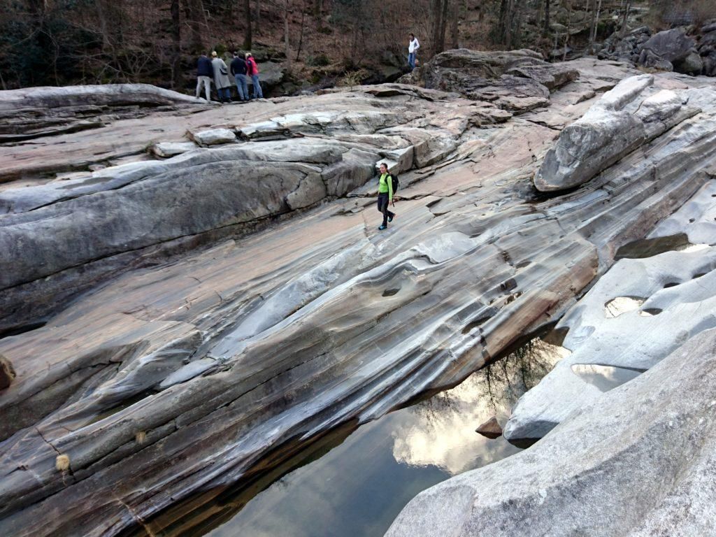 rocce ondulate e lavorate dall'acqua, che sembrano seta