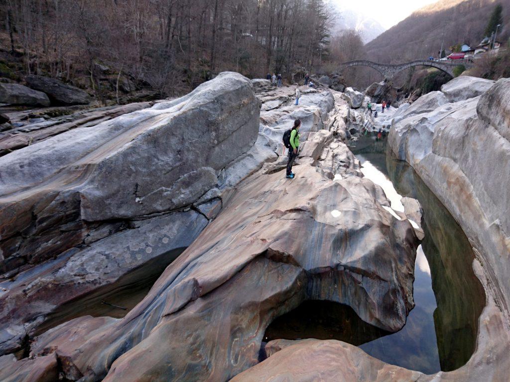 l'acqua che scava profondi solchi nella roccia