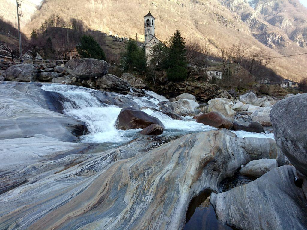 qualche piccola rapida dove confluisce un affluente, proprio vicino alla chiesetta