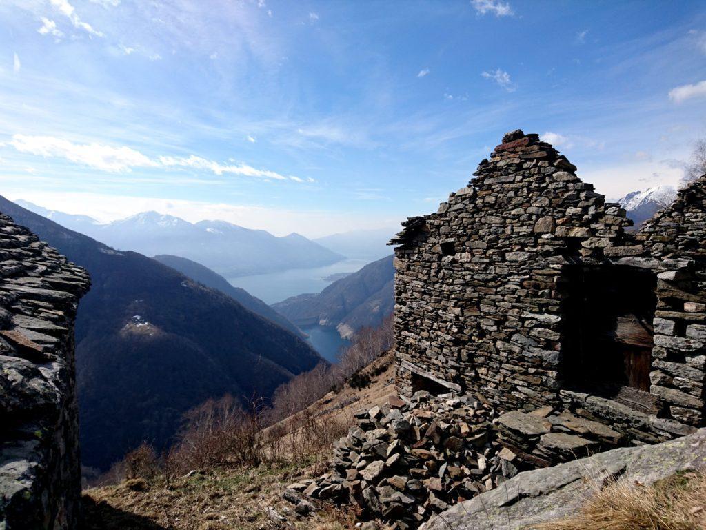 vista da sopra Odro verso l'invaso artificiale della Val Verzasca, dietro ancora il Lago Maggiore