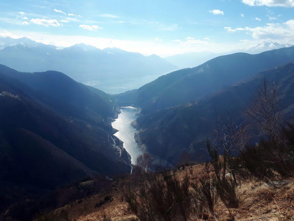 il lago artificiale creato dalla diga sul fiume Verzasca