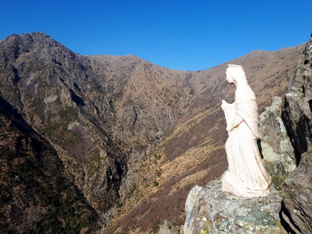 la madonnina di vetta, che guarda la valle del Rio Baiardetta