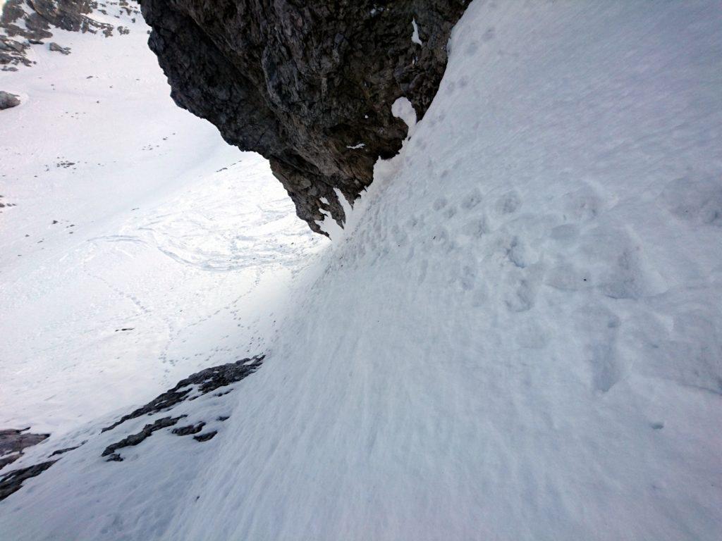 I primi metri del canale visti da monte. Ripido ma con neve solida e anche ben battuto