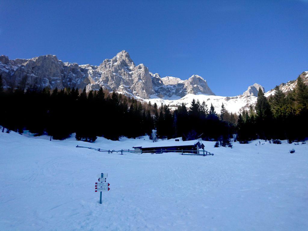 Baita Bassa di Vaghetto: come si vede di neve ce n'è! A sinistra la valle che porta a Cima del Fop, all'orizzonte il Passo di Corna Piana