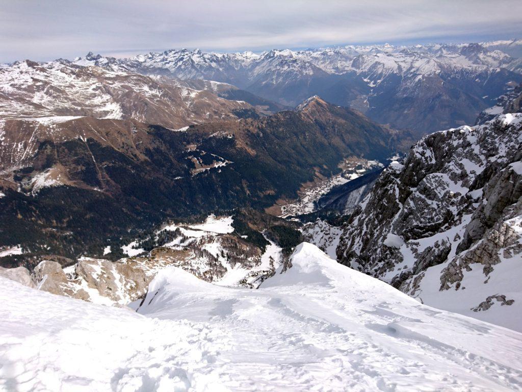 Una volta usciti in cresta, si ha questa splendida vista su Valcanale e sull'arco alpino