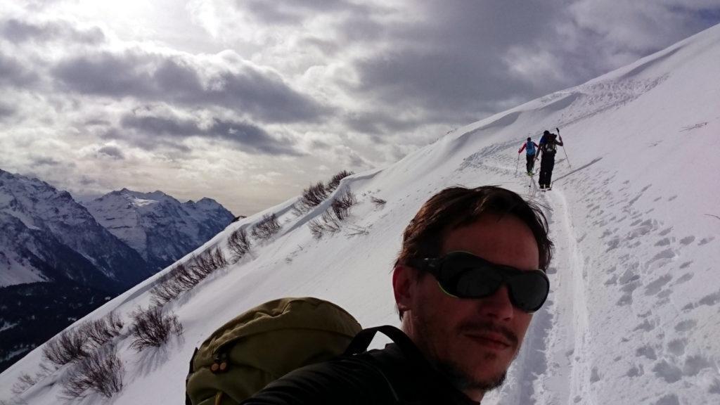 Selfie sul breve traverso al termine del primo muro con il bel cielo sullo sfondo