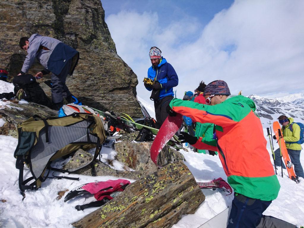 Dopo una bella sfacchinata arriviamo 50mt sotto la cima e ci fermiamo per togliere le pelli preparando la discesa