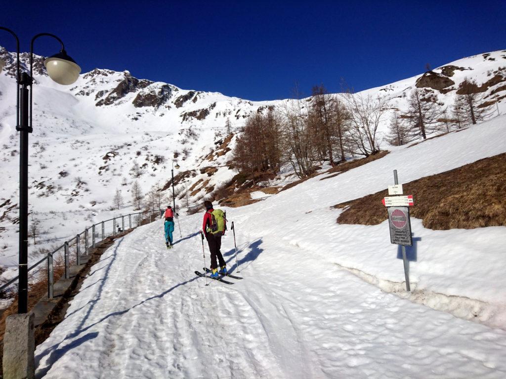 Si parte dall'alpe Stafel, poche centinaia di metri prima del grande parcheggio di Riale
