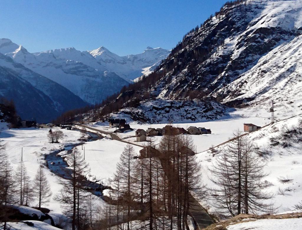 Le belle casette del villaggio a monte delle cascate del Toce viste dalla salita