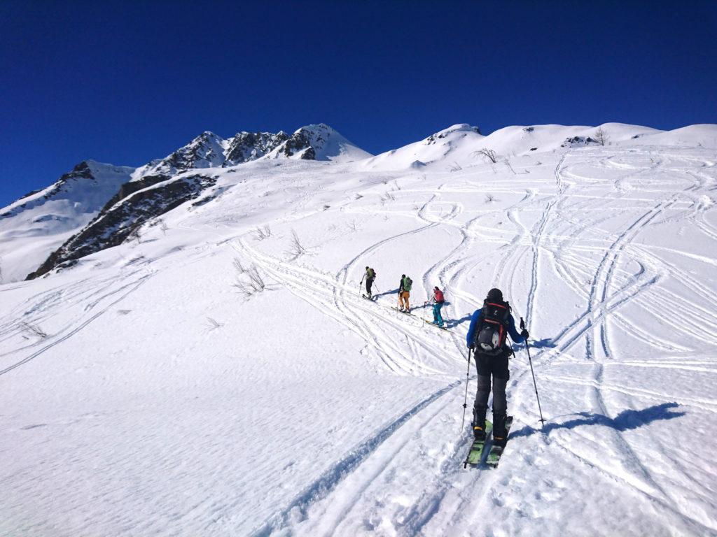 Da qui si punta verso la montagna più alta sullo sfondo che andrà aggirata sulla destra
