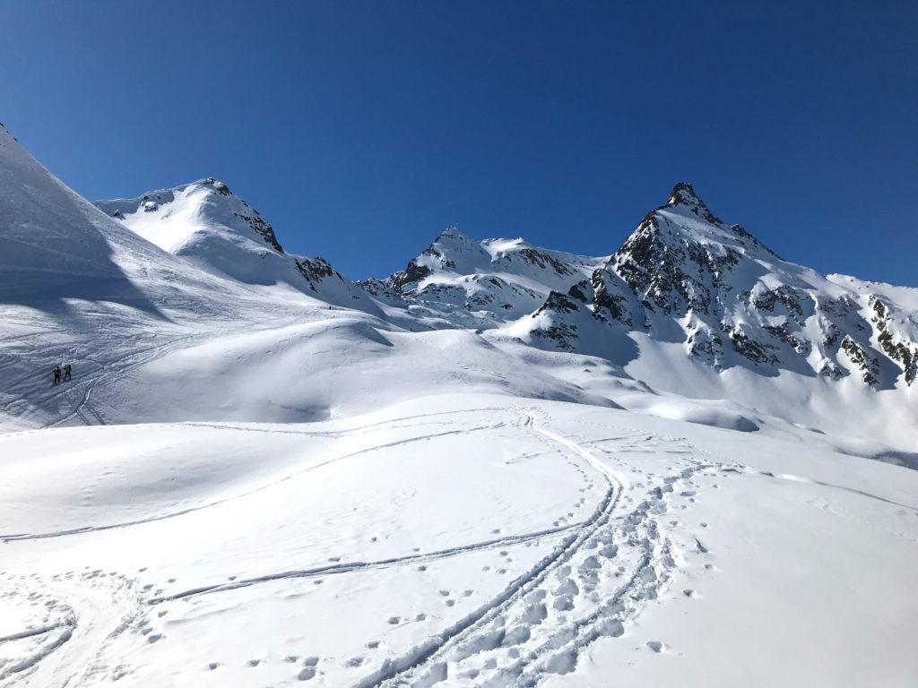 Da qui la neve è davvero splendida e il corno roccioso di Nefelgiù fa la sua porca figura