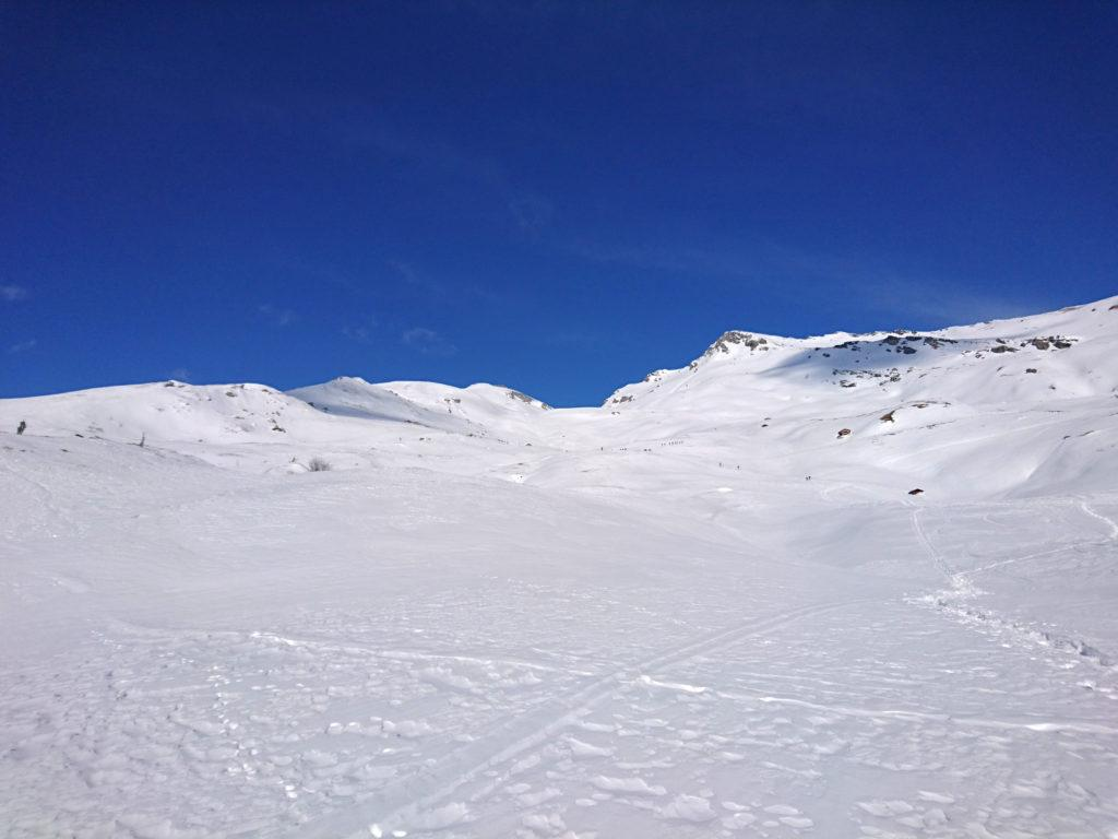 Dopo il primo tratto si arriva in questa lunga ed ampia valle che va risalita fino in fondo
