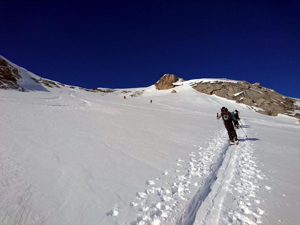 La nostra cima è la puntina rocciosa al centro. Si raggiunge a piedi mollando gli sci alle rocce