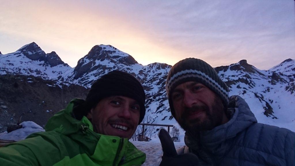 Selfone al rifugio con la nostra meta sullo sfondo e la splendida luce del mattino