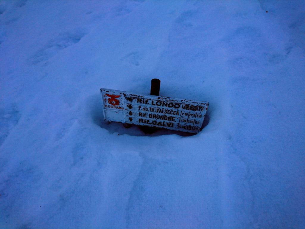 Di neve ce n'è ancora parecchia. Per fortuna in sta valle fa un freddo cane e non sprofondiamo