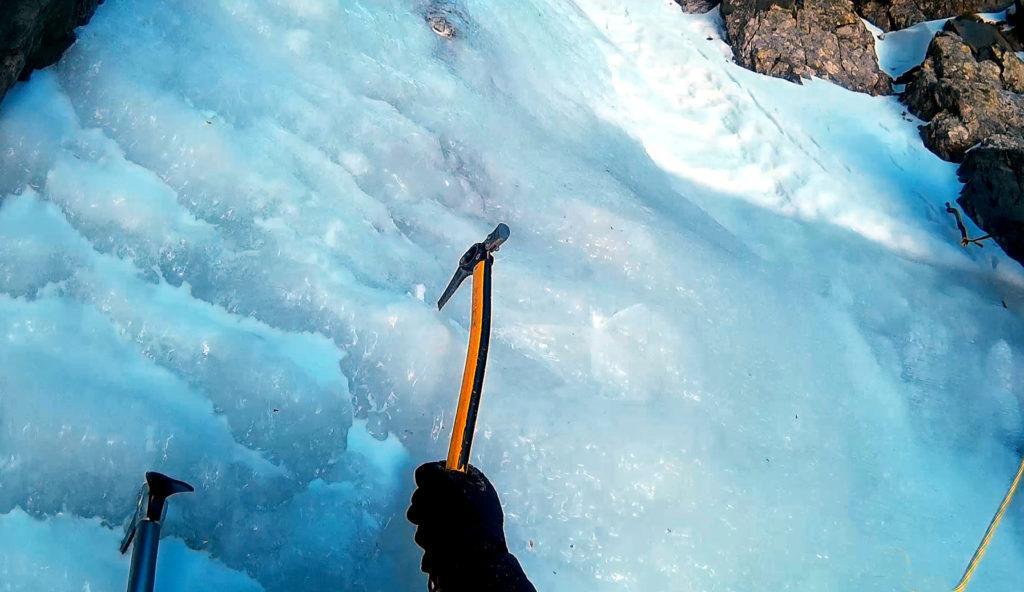 Ultimi metri su ottimo ghiaccio fino alla sosta (alla mia destra)