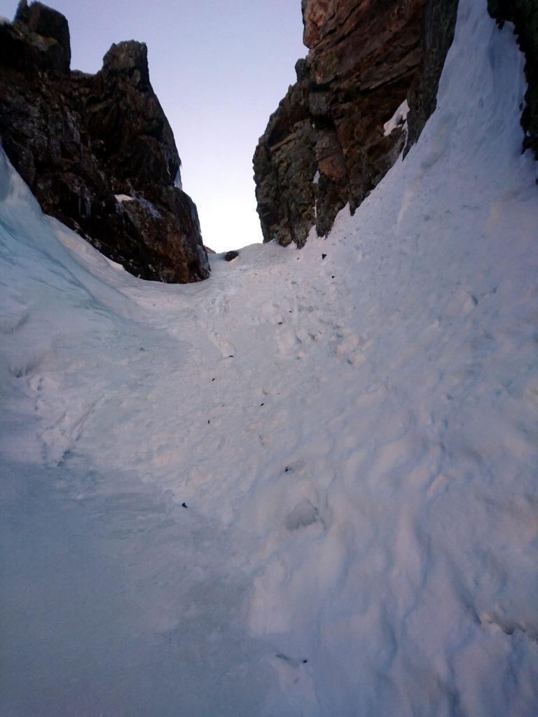 L'ultima parte del secondo tiro è su neve dura. Niente più ghiaccio. Meglio proteggersi qui