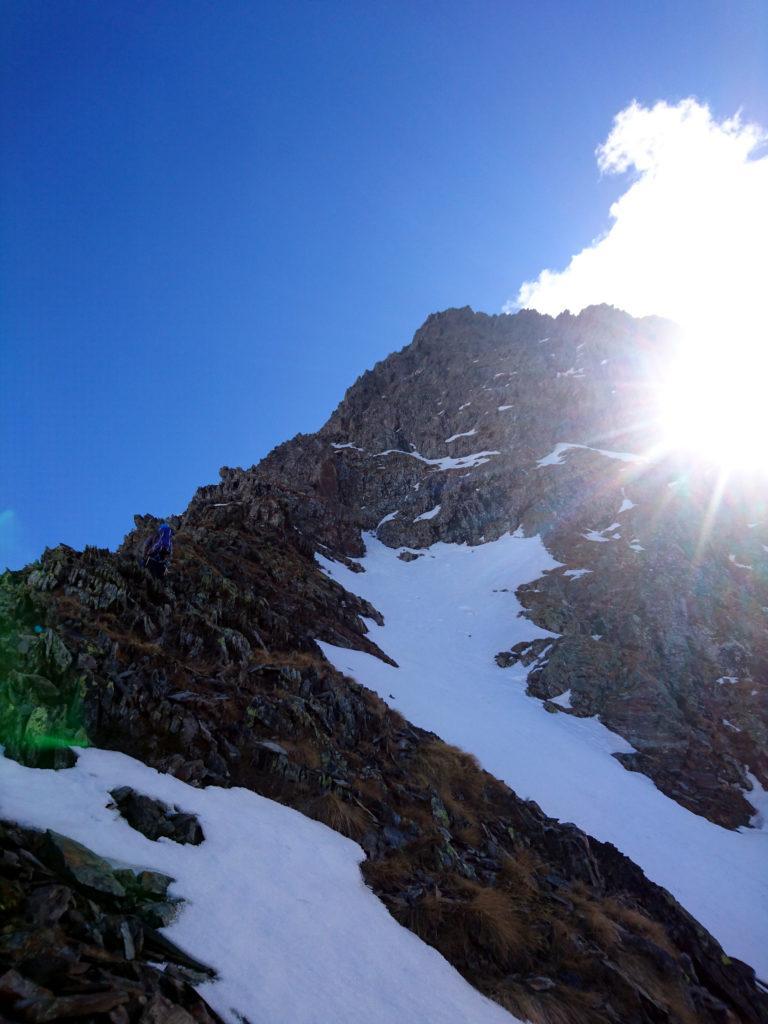 Ci troviamo così di fronte a questa cresta rocciosa. Guardandola decidiamo che si può provare a fare