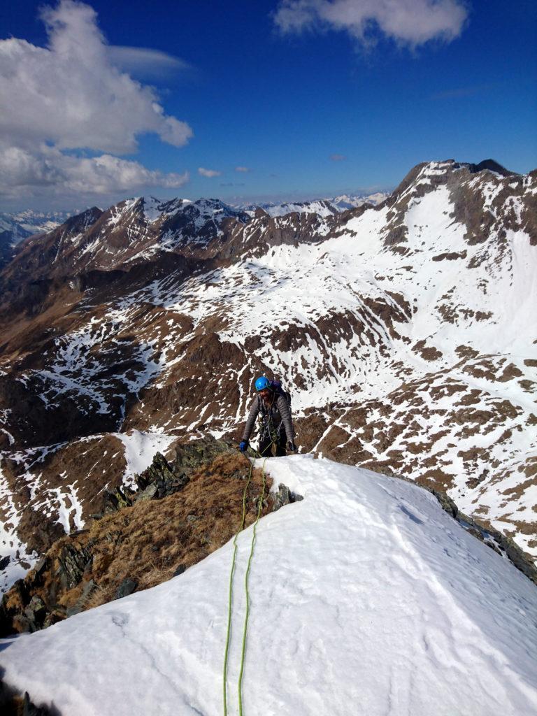 Dopo un'oretta e mezza di arrampicata in conserva sbuchiamo su questo terrazzino. Le difficoltà sono terminate!