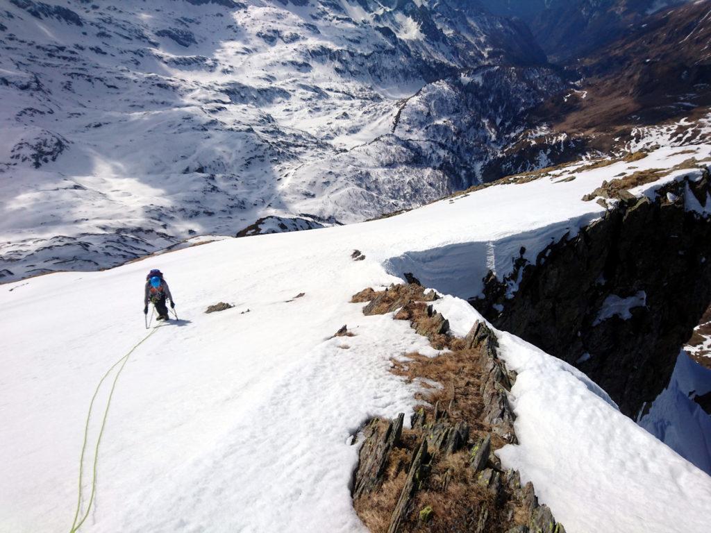Seguendo la cresta in direzione della cima si vede questo bel salto nel vuoto che fa la sua scena